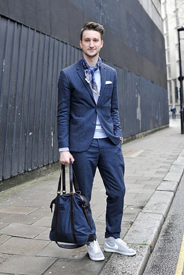 Quần tây, áo vest phối đồ với giày thể thao nam