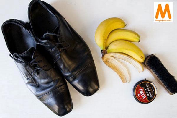 Cách làm sạch giày da bằng vỏ chuối