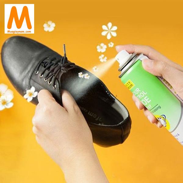 Dùng xịt khử mùi giày
