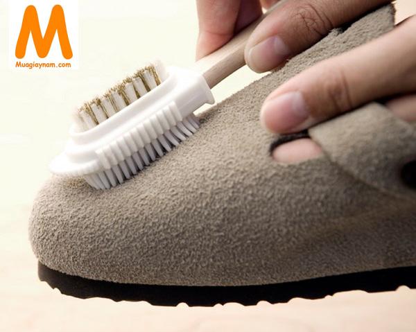 cách làm sạch giầy da lộn