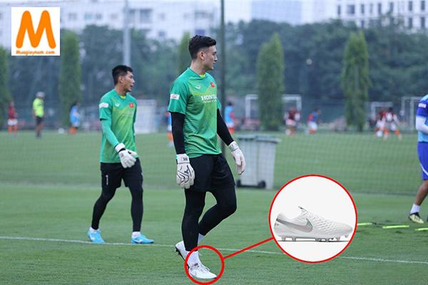 Chọn giày đá bóng sân cỏ nhân tạo cho thủ môn