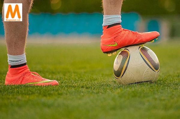 Giày đá bóng sân cỏ nhân tạo cổ cao